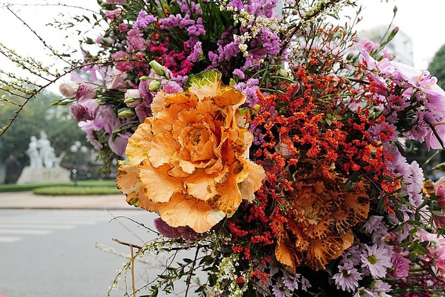 Hơn 100 Cột đèn 'nở hoa' giữa trung tâm Hà Nội ảnh 4