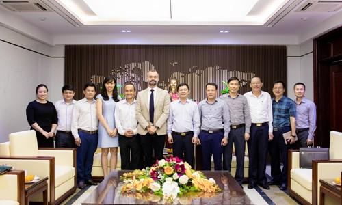 Phó Chủ tịch UBND tỉnh Hà Tĩnh làm việc cùng Tổng Giám đốc Công ty TNHH Bia Carlsberg VN ảnh 1