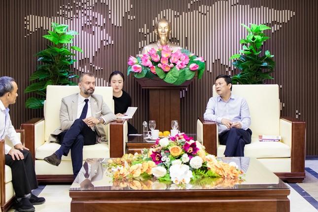 Phó Chủ tịch UBND tỉnh Hà Tĩnh làm việc cùng Tổng Giám đốc Công ty TNHH Bia Carlsberg VN ảnh 2