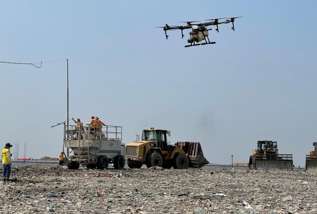 Dùng thiết bị không người lái phun khửi mùi bãi rác lớn nhất TPHCM ảnh 1