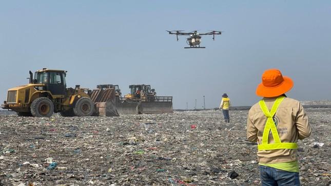 Dùng thiết bị không người lái phun khửi mùi bãi rác lớn nhất TPHCM ảnh 2
