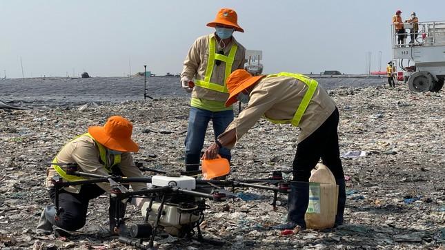 Dùng thiết bị không người lái phun khửi mùi bãi rác lớn nhất TPHCM ảnh 3