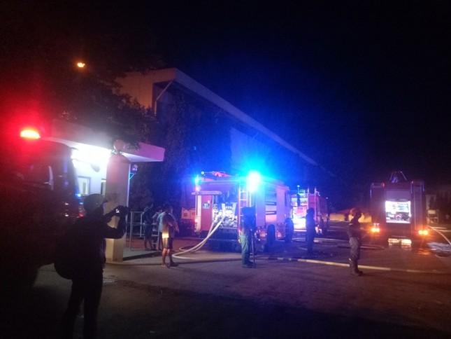 Giữa đêm, khu công nghiệp bất ngờ bốc cháy 'như pháo hoa' ảnh 1