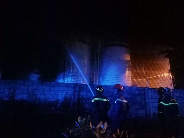 Giữa đêm, khu công nghiệp bất ngờ bốc cháy 'như pháo hoa' ảnh 3