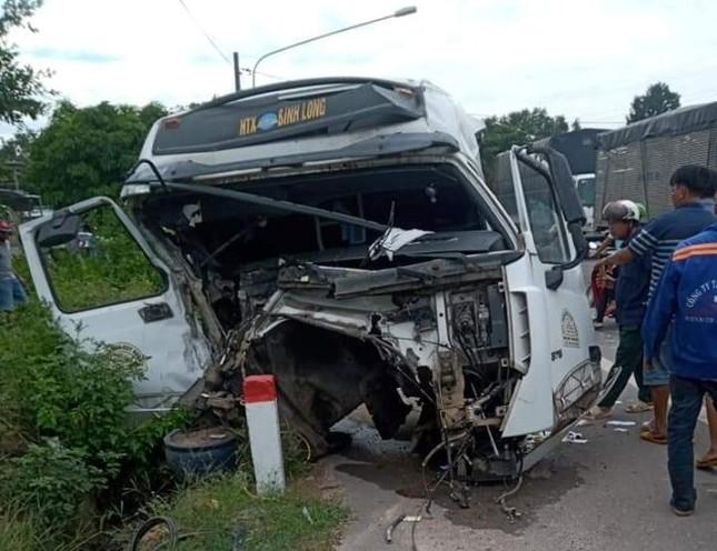 Xe container tông sập nhà dân sau khi tông nát đầu xe ben ảnh 1