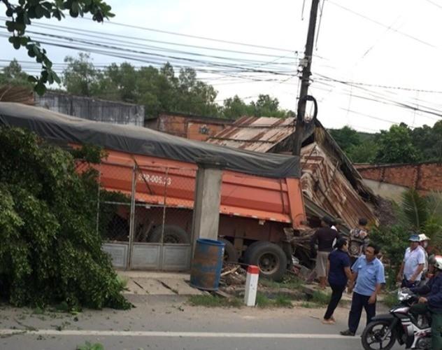 Xe container tông sập nhà dân sau khi tông nát đầu xe ben ảnh 3