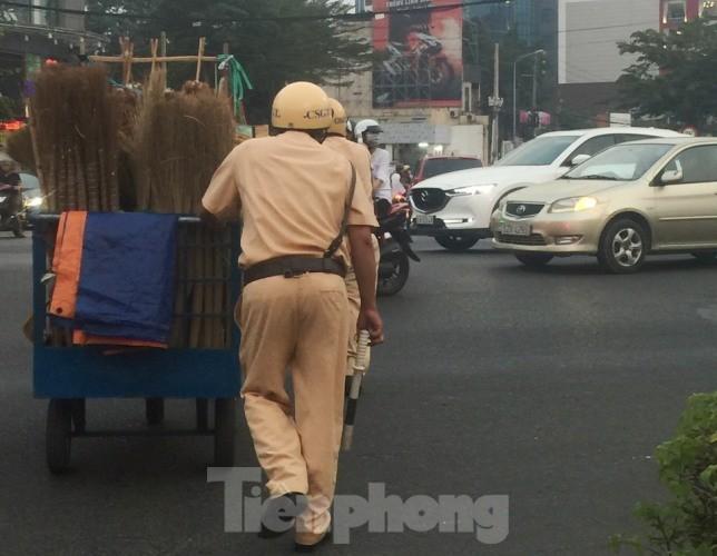 Dân mạng tán dương hành động đẹp của CSGT giữa vòng vây xe cộ ngày cận Tết ảnh 1