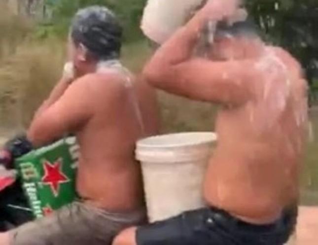 2 thanh niên vừa đi xe máy vừa tắm gây 'bão mạng' ảnh 1