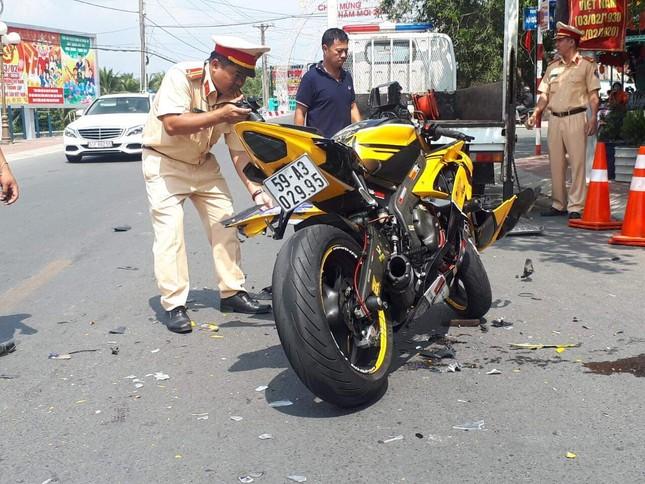 Xe mô tô phân khối lớn tông trực diện taxi, nam thanh niên bay hơn 10m ảnh 3
