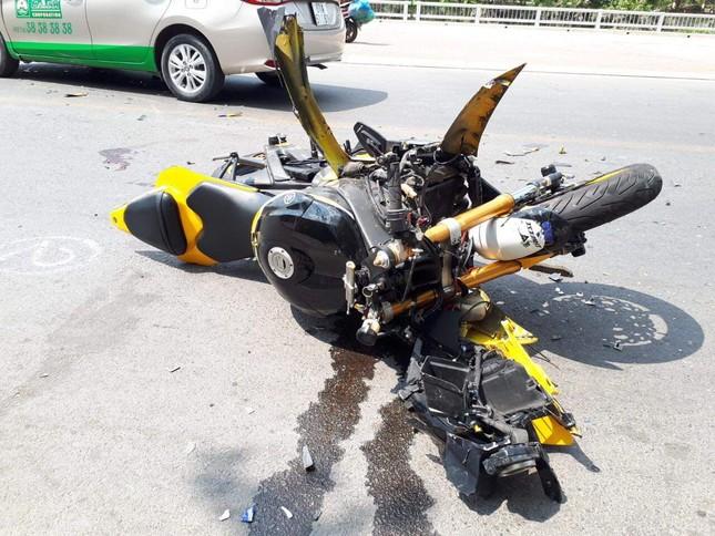 Xe mô tô phân khối lớn tông trực diện taxi, nam thanh niên bay hơn 10m ảnh 2