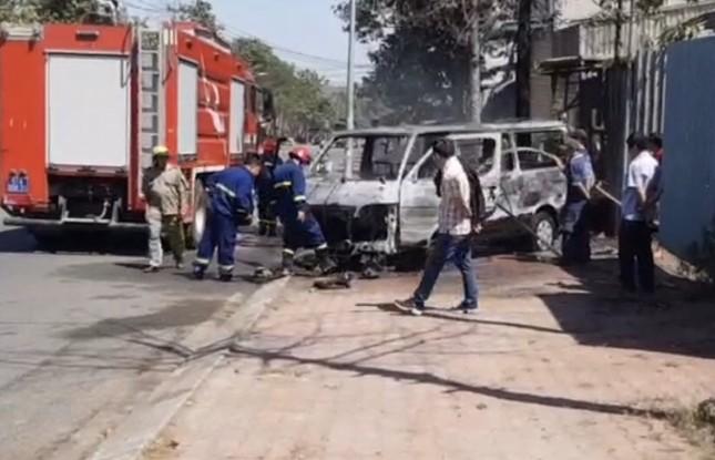 Ô tô đang chạy bất ngờ bốc cháy, 2 người thoát chết ảnh 2