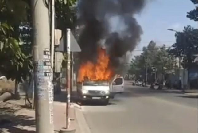 Ô tô đang chạy bất ngờ bốc cháy, 2 người thoát chết ảnh 1