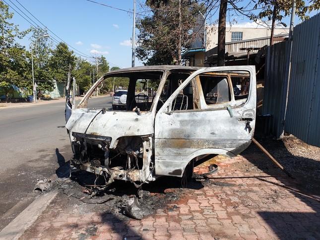 Ô tô đang chạy bất ngờ bốc cháy, 2 người thoát chết ảnh 3