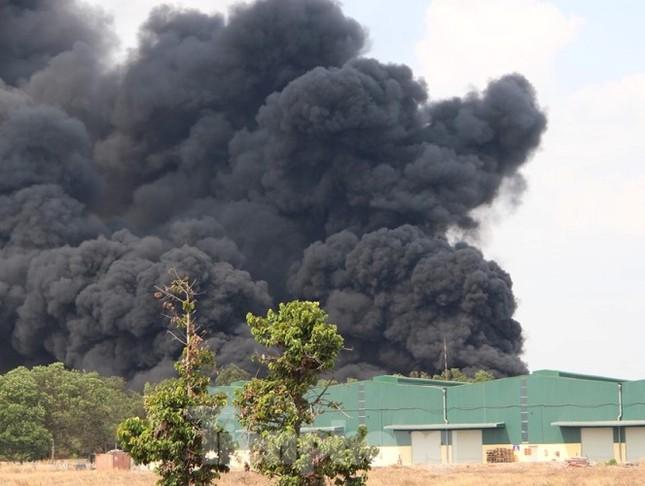 Bãi chứa lốp ô tô hơn 5.000m2 bốc cháy kinh hoàng ảnh 2
