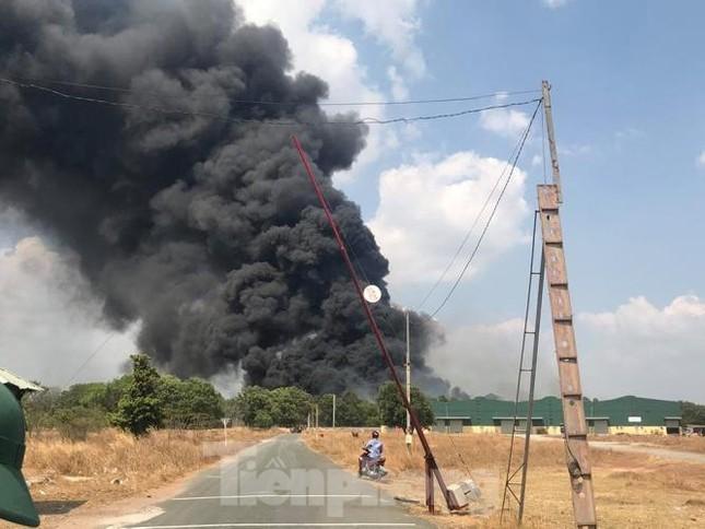 Bãi chứa lốp ô tô hơn 5.000m2 bốc cháy kinh hoàng ảnh 1