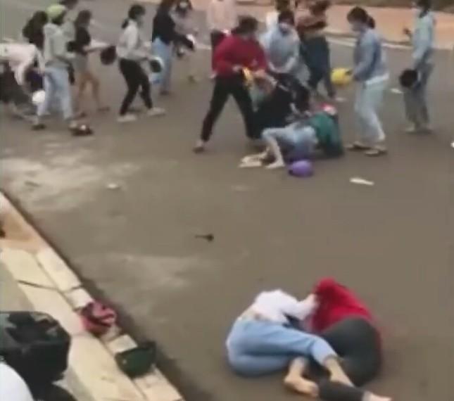 Xác minh nhóm nữ học sinh đánh nhau giữa lúc đang cách ly xã hội ảnh 1