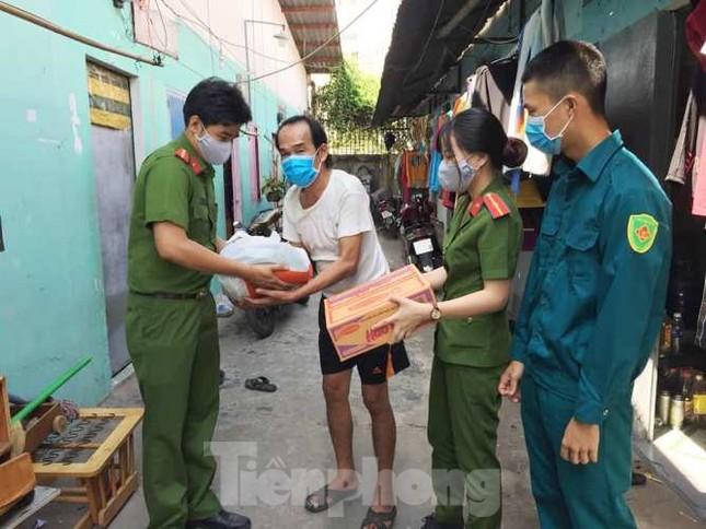 Đoàn viên thanh niên đến gõ cửa từng phòng trọ phát gạo cho công nhân ảnh 8