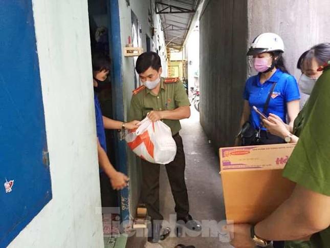 Đoàn viên thanh niên đến gõ cửa từng phòng trọ phát gạo cho công nhân ảnh 1