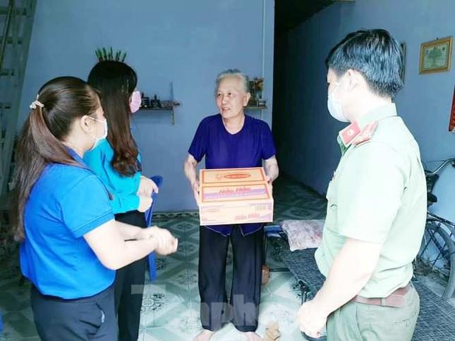 Đoàn viên thanh niên đến gõ cửa từng phòng trọ phát gạo cho công nhân ảnh 3