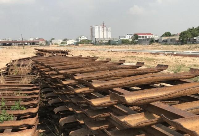 Bình Dương kiến nghị Thủ tướng xử lý vụ 'phá đường ray xây nhà ở' ảnh 1