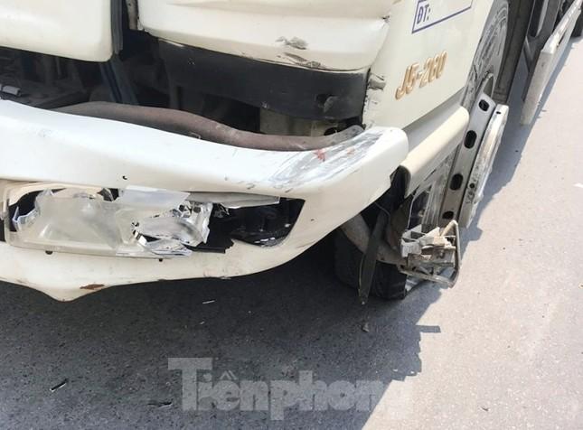 Ô tô nổ lốp sau khi tông vào xe máy, một người tử vong ảnh 1