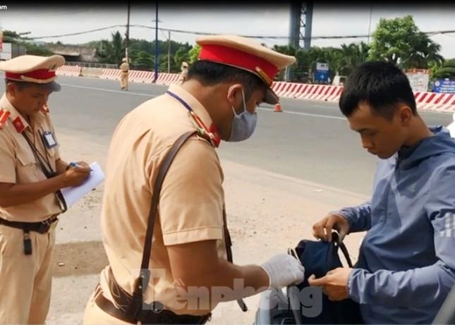 Tài xế mang theo vũ khí, thách thức đòi kiện cảnh sát khi đi vào đường cấm ảnh 1
