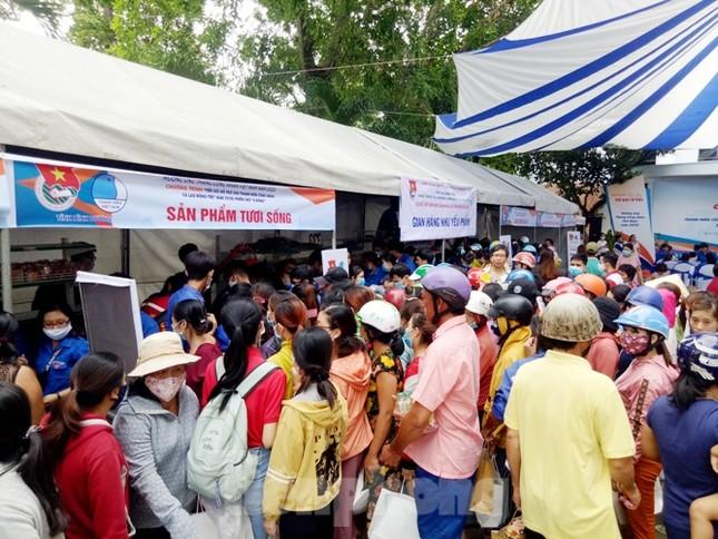 Hàng nghìn công nhân chen chân mua hàng 0 đồng ảnh 6
