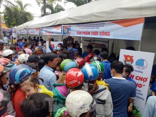 Hàng nghìn công nhân chen chân mua hàng 0 đồng ảnh 3
