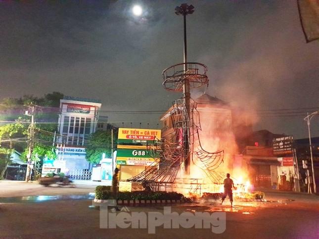 Xe cứu thương bốc cháy dữ dội khiến 7 người bị thương ảnh 3