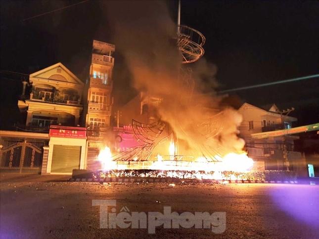 Xe cứu thương bốc cháy dữ dội khiến 7 người bị thương ảnh 2
