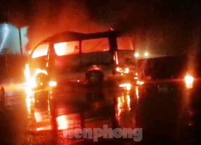 Xe cứu thương bốc cháy dữ dội khiến 7 người bị thương ảnh 1