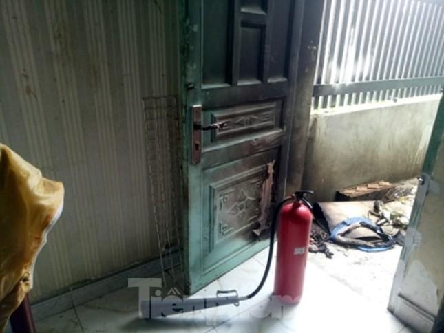 Một phụ nữ bị đánh nhập viện, nhà bị tưới xăng đốt ảnh 2