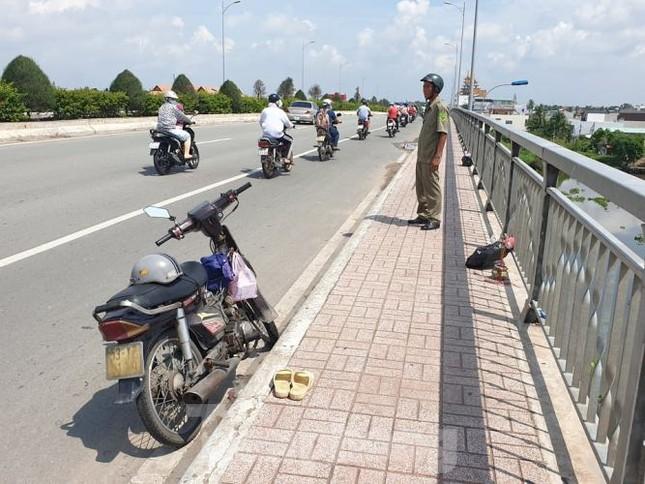 Bị 'giang hồ đòi nợ', người đàn ông nhảy sông Sài Gòn tự tử ảnh 1