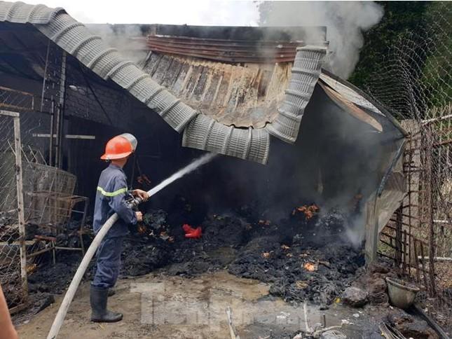 Phá tường, phun nước dập lửa cháy thiêu rụi kho vải và tiệm làm tóc ảnh 4