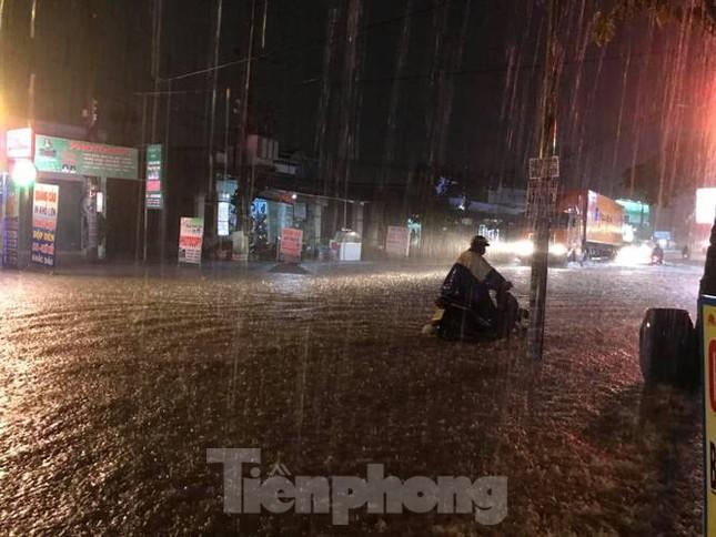 Mưa lớn, nhiều đường phố ở Bình Dương biến thành 'sông' ảnh 2
