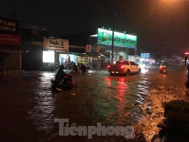 Mưa lớn, nhiều đường phố ở Bình Dương biến thành 'sông' ảnh 4