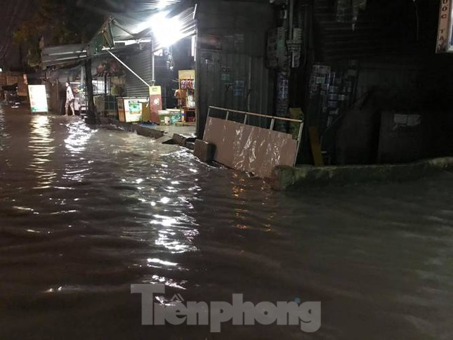 Mưa lớn, nhiều đường phố ở Bình Dương biến thành 'sông' ảnh 7