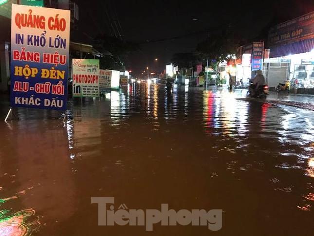 Mưa lớn, nhiều đường phố ở Bình Dương biến thành 'sông' ảnh 9