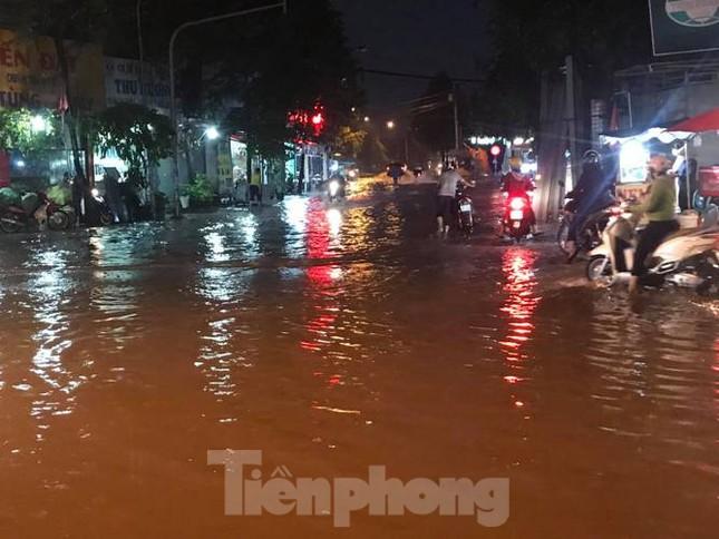 Mưa lớn, nhiều đường phố ở Bình Dương biến thành 'sông' ảnh 8