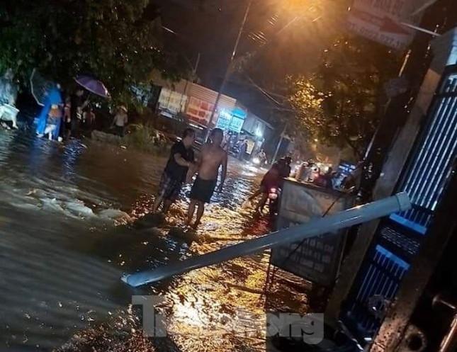 Chạy xe trên đường ngập, 3 người bị điện giật thương vong ảnh 1