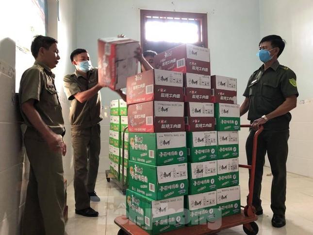 Phát hiện hàng nghìn thùng hàng nhãn hiệu Trung Quốc không rõ nguồn gốc ảnh 3