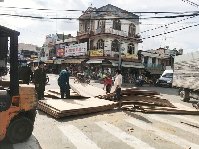 Người đi đường 'tá hỏa' khi hàng tấn gỗ lao từ trên container xuống đường ảnh 1