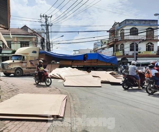 Người đi đường 'tá hỏa' khi hàng tấn gỗ lao từ trên container xuống đường ảnh 4