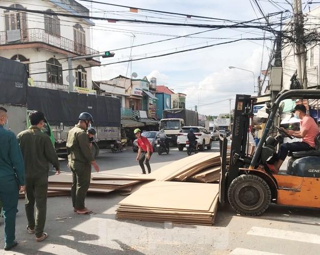 Người đi đường 'tá hỏa' khi hàng tấn gỗ lao từ trên container xuống đường ảnh 3