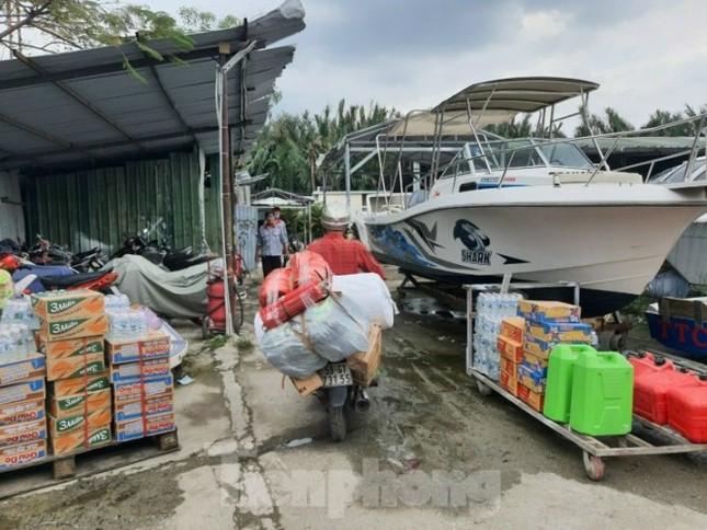Miền Nam chi viện cano cứu dân miền Trung ngập lụt ảnh 1
