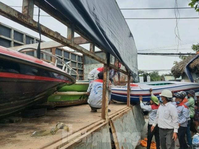 Miền Nam chi viện cano cứu dân miền Trung ngập lụt ảnh 3