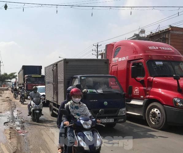 Ô tô lật giữa đường, tài xế trọng thương sau tai nạn liên hoàn ở Bình Dương ảnh 2