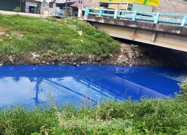Nước kênh trong khu công nghiệp ở Bình Dương đổi màu xanh kỳ lạ ảnh 2