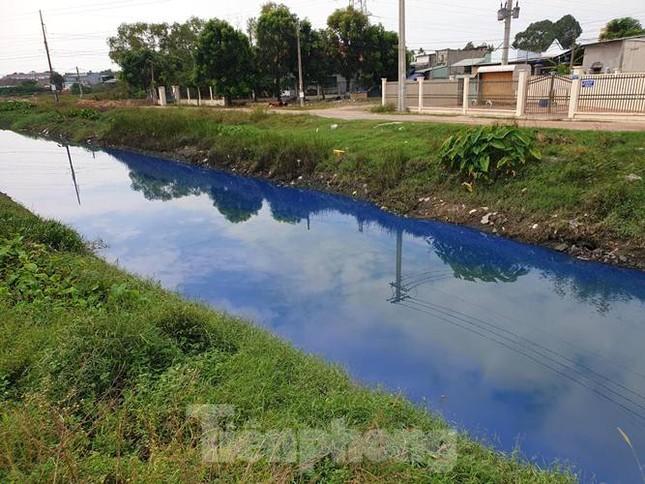 Nước kênh trong khu công nghiệp ở Bình Dương đổi màu xanh kỳ lạ ảnh 3