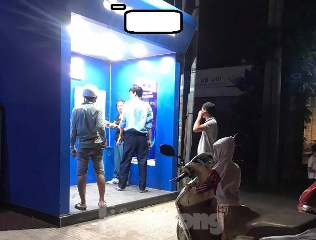 Vác búa đập phá cây ATM vì rút 5 triệu bị trừ...11 triệu? ảnh 2